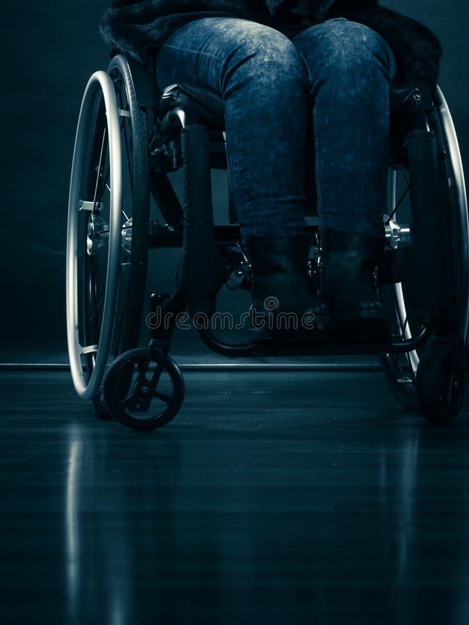 Ogiltigt flickasammanträde för kvinna på rullstolen royaltyfri foto