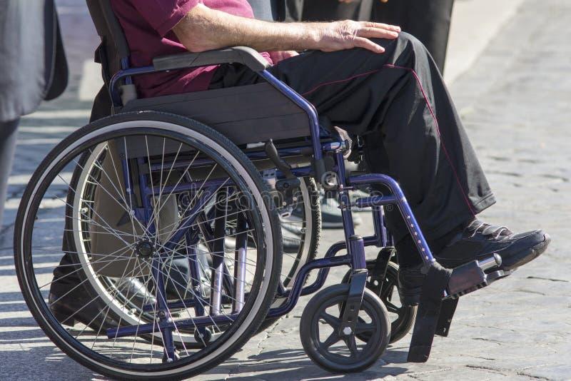 Ogiltigt mansammanträde på en rullstol royaltyfri fotografi