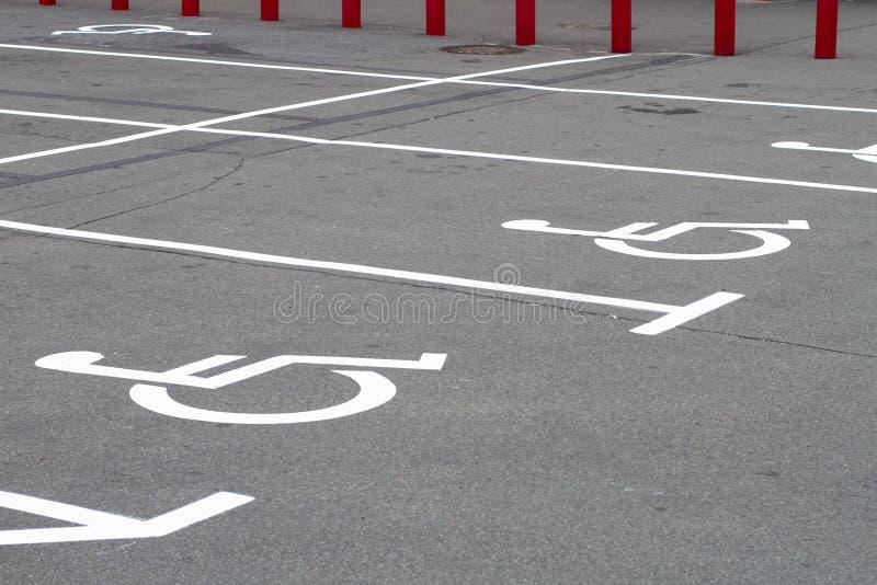 Ogiltigt tecken på parkeringsasfalt arkivbild