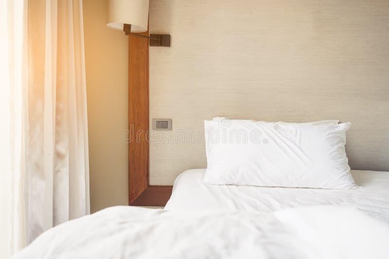 Ogjort sovrum med ljus för morgon för kuddesovrum inre royaltyfri fotografi