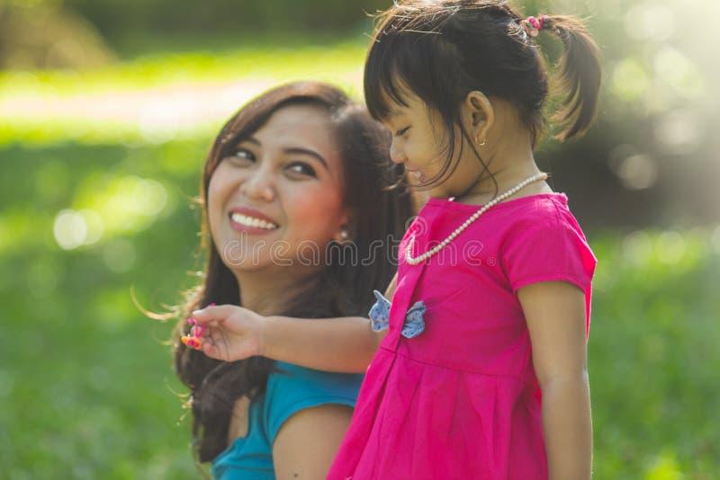 Oglądać nad jej córką obraz stock