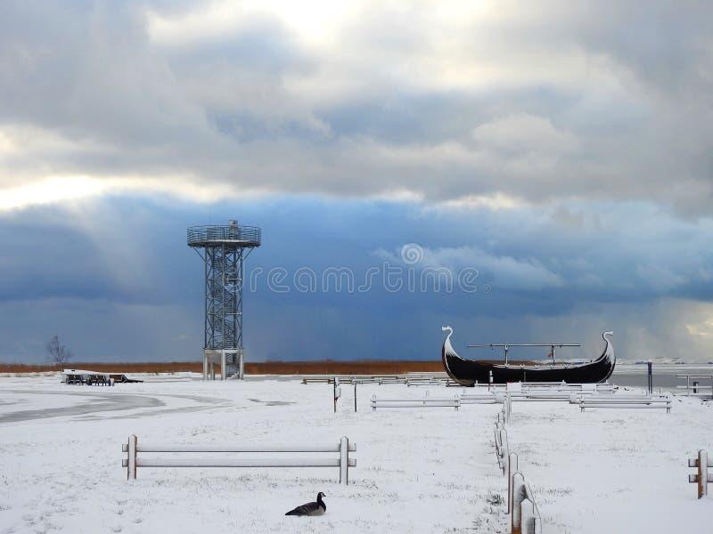 Oglądać wierza, statek i ptaka blisko Curonian mierzei, Lithuania fotografia stock
