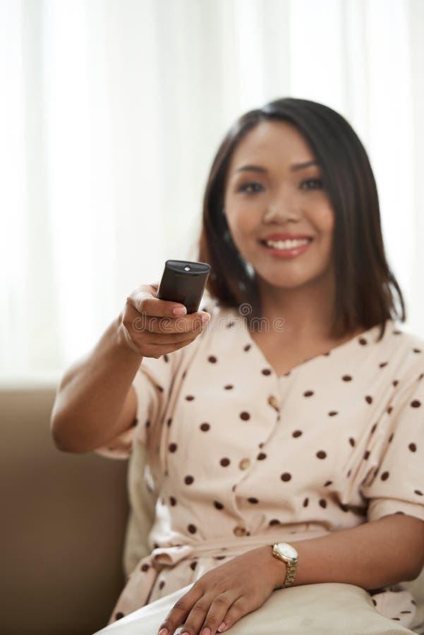 oglądanie telewizji kobieta zdjęcia stock