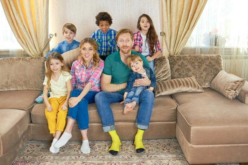 oglądanie tv rodziny fotografia stock