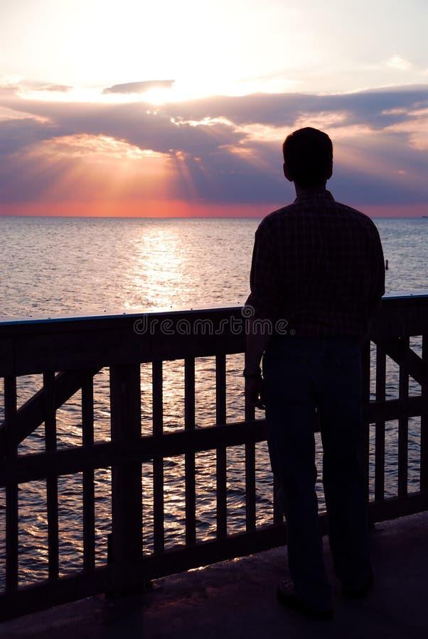 oglądanie zachodu słońca zdjęcia royalty free