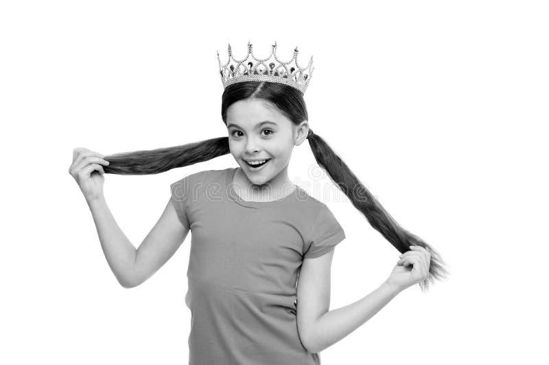 Ogni donna ? principessa Il bambino indossa il simbolo dorato della corona di principessa Il sogno della ragazza sta bene a princ fotografia stock libera da diritti