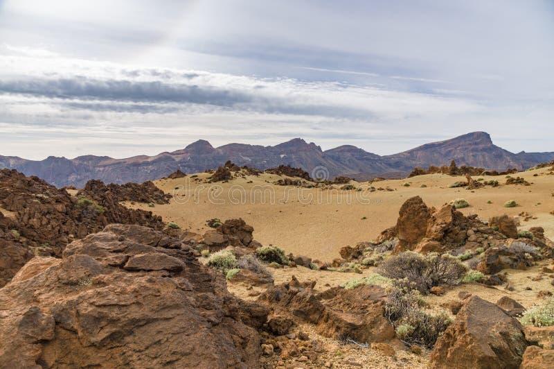 Ogniowy krajobraz z pasmem górskim obraz royalty free