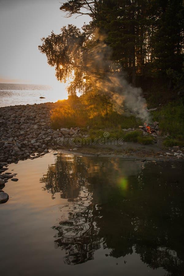 Ognisko na brzeg Jeziorny Baikal, Rosja zdjęcia royalty free