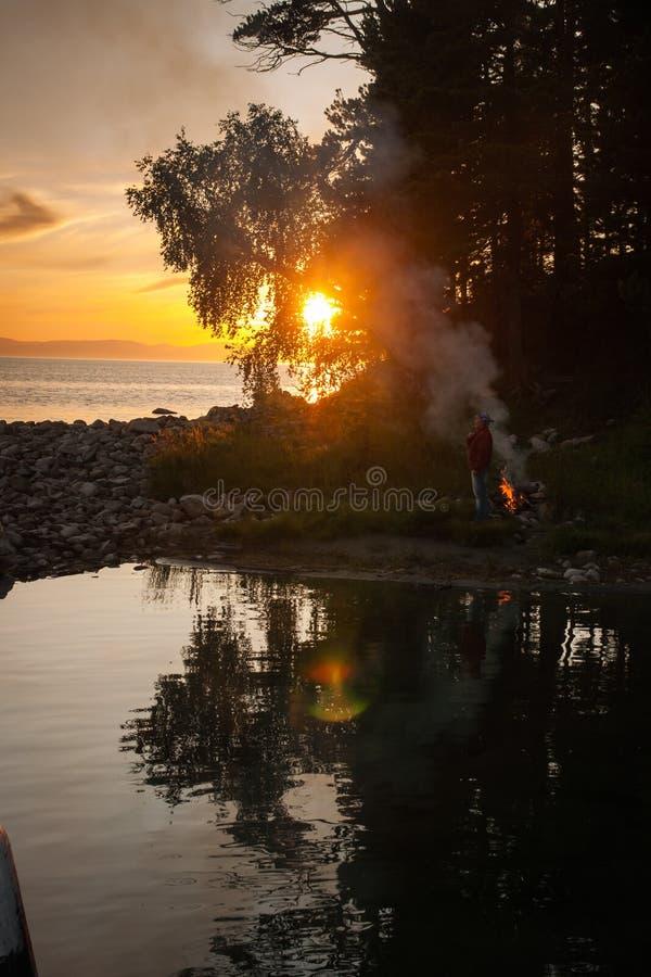 Ognisko na brzeg Jeziorny Baikal, Rosja zdjęcie royalty free