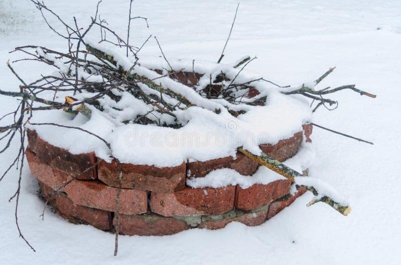 Ognisko pokrywa z śniegiem i gałąź obraz stock