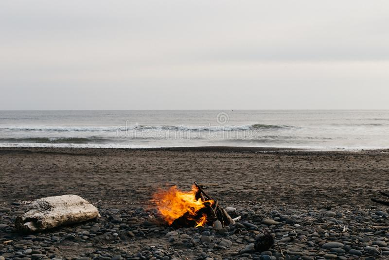 Ognisko przy plażą zdjęcia royalty free