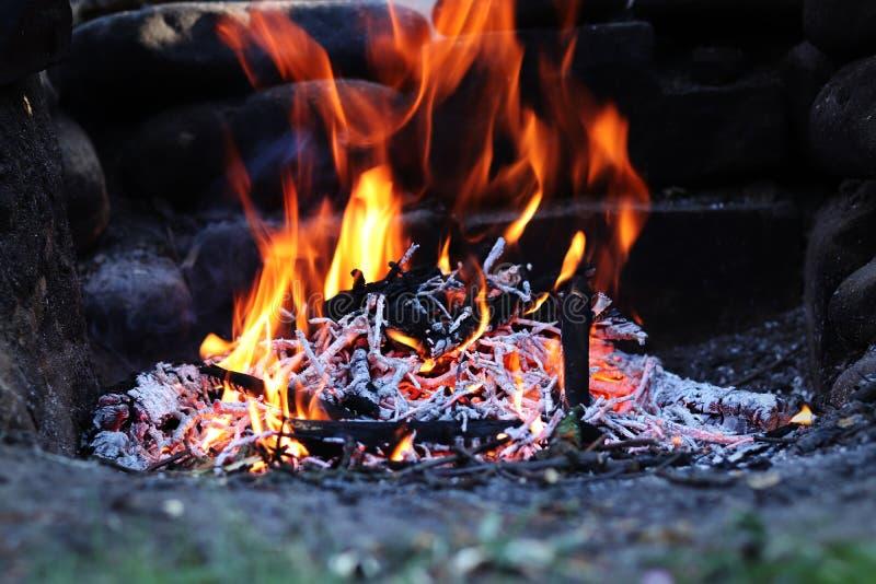 Ognisko w ogródzie z drewnianym paleniem przy popołudniem d?ugo ekspozycji Palić bele wolno gubją ich kaloryczną wartość typowy obrazy royalty free