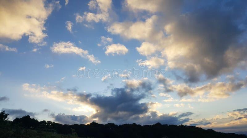 Ognisty pomarańczowy zmierzchu niebo fotografia royalty free