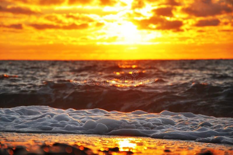 Ognisty wschód słońca nad fala zdjęcie royalty free