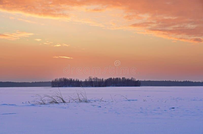 Ognisty wschód słońca nad jeziornym Uvildy w zimie, południowy Ural, Chelyabinsk region obraz royalty free