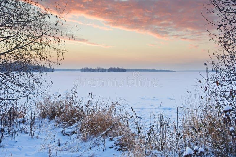 Ognisty wschód słońca nad jeziornym Uvildy w zimie, południowy Ural, Chelyabinsk region obrazy stock