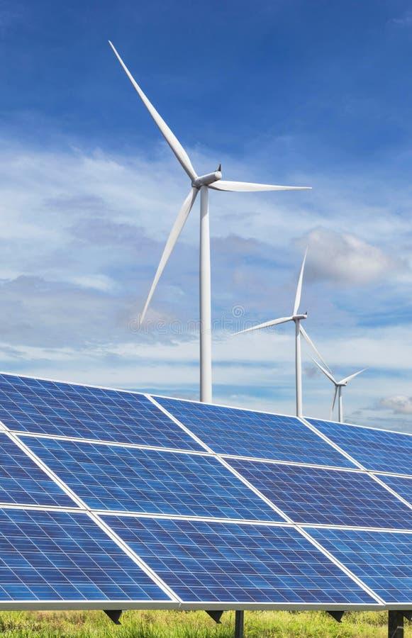 Ogniwa słoneczne z silnikami wiatrowymi wytwarza elektryczność w hybrydowej elektrownia systemów staci na niebieskiego nieba tle fotografia stock