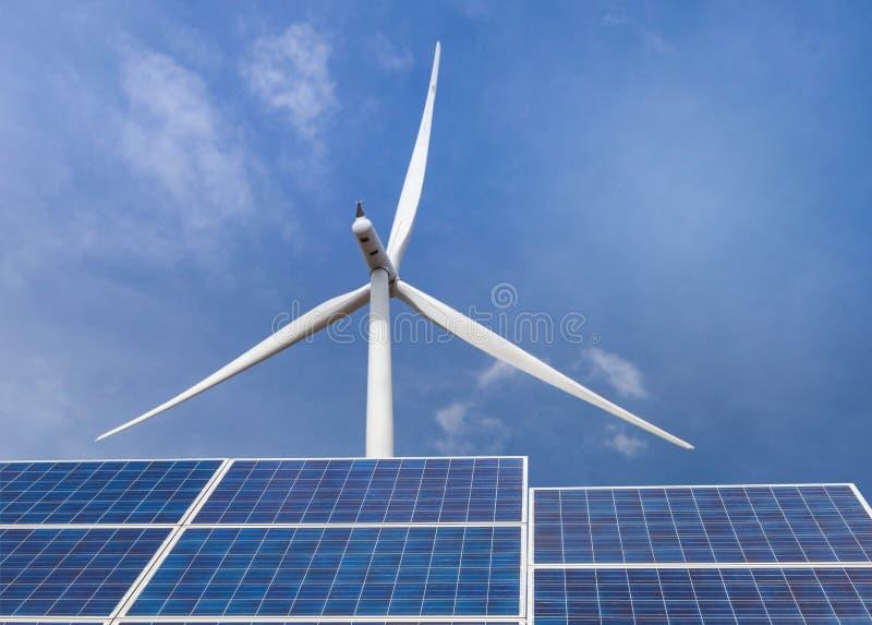 Ogniwa słoneczne z silnikami wiatrowymi wytwarza elektryczność w hybrydowej elektrownia systemów staci na niebieskiego nieba tle obrazy stock