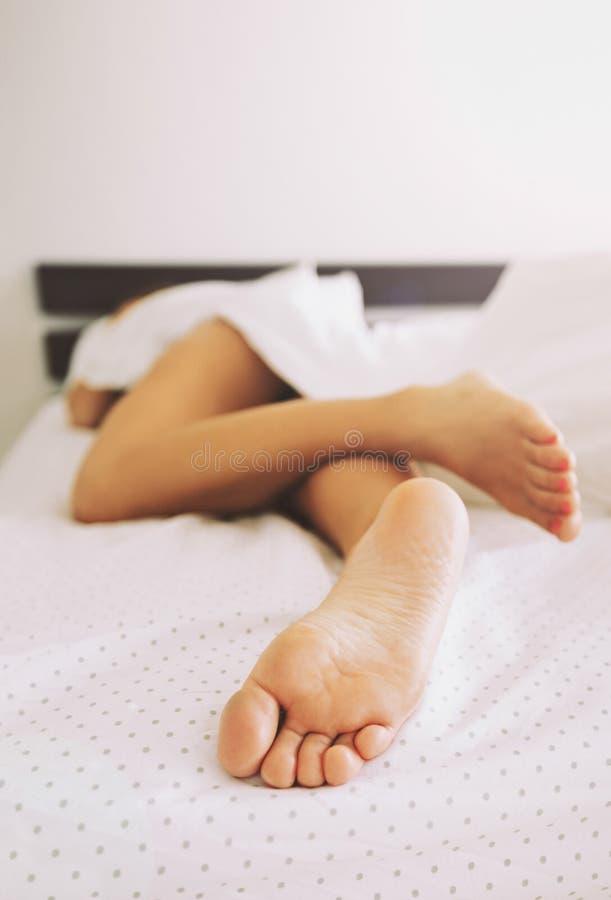 Ogołaca nogi młodej kobiety dosypianie obraz stock