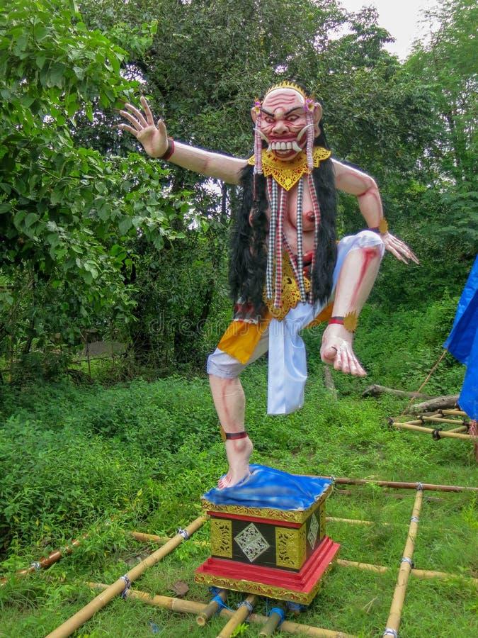 Ogoh Ogoh雕塑由竹子,木头,多苯乙烯,织品制成 Hari的Nyepi与实物大小一样的神话和抽象字符 库存图片