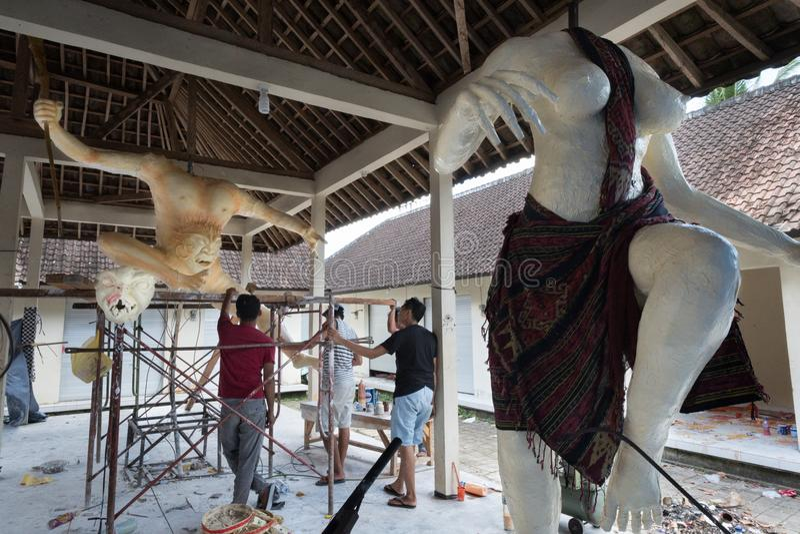 Ogoh Ogoh statyer som skapas av hinduiska Bali byinvånare i förberedelsen för den Pengrupukan natten Bali Indonesien —mars 9 20 arkivfoto