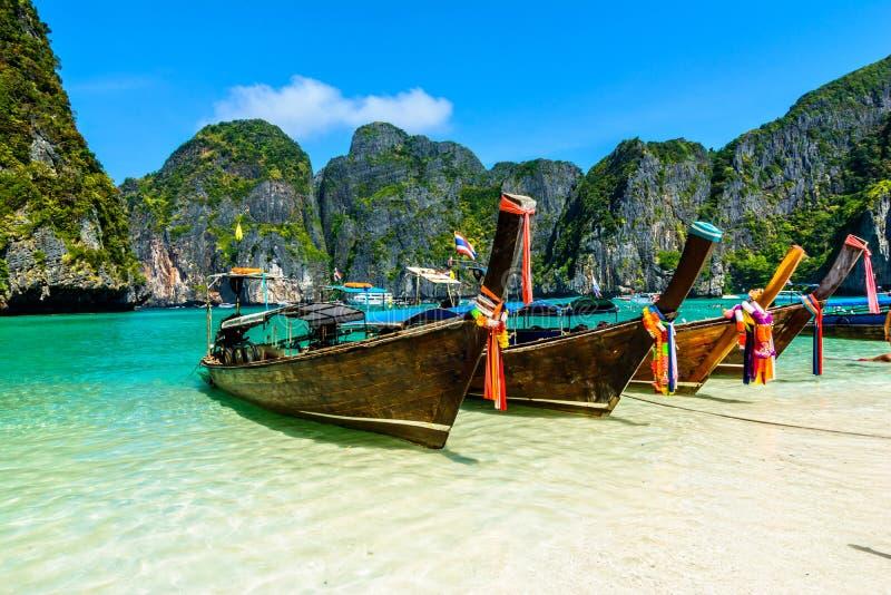 Ogon łodzie w majowie zatoce, Tajlandia fotografia stock
