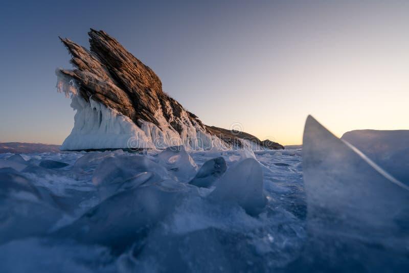 Ogoy ö i Baikal den djupfrysta sjön i vintersäsong i en morgonsoluppgång, Sibirien, Ryssland arkivbild