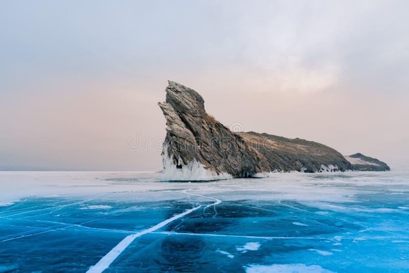 Ogoy skała nad zamarzniętym wodnym jeziornym Baikal Rosja zimy sezonem n obraz stock