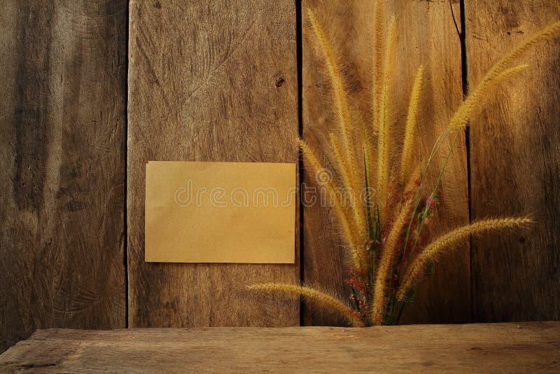 Ogräs för stillebenblommafoxtail och pappersblock på royaltyfria foton