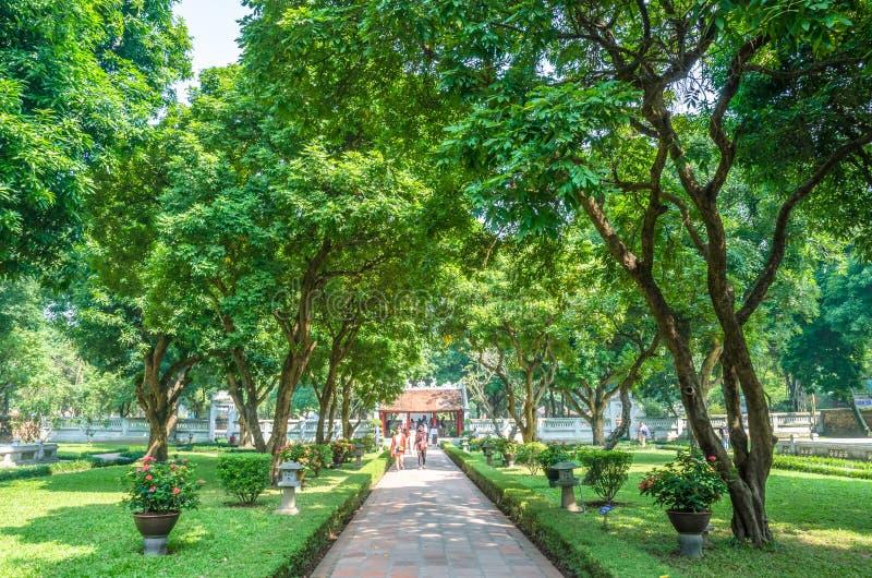 Ogród świątynia literatura, ja także znać jako świątynia Confucius w Hanoi Ludzie konserwują widzieć badać wokoło go obrazy royalty free