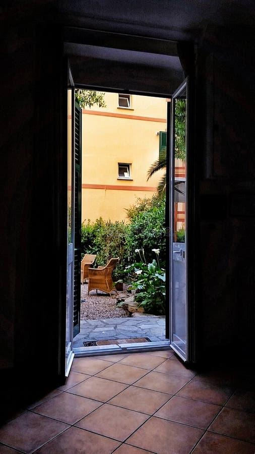 Ogród przez drzwi zdjęcie royalty free