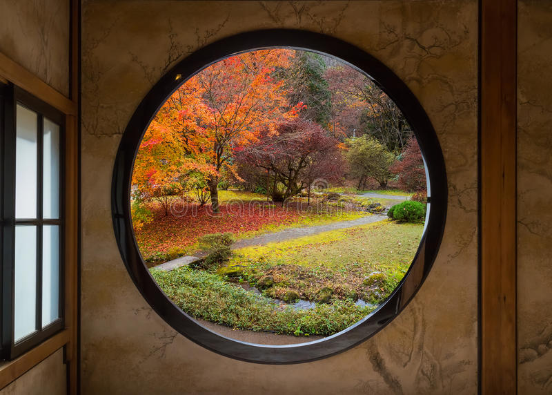 Ogród Przez Round okno obraz stock