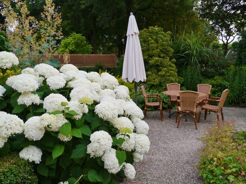 Ogród z tarasem z krzesłami i stołem zdjęcie royalty free