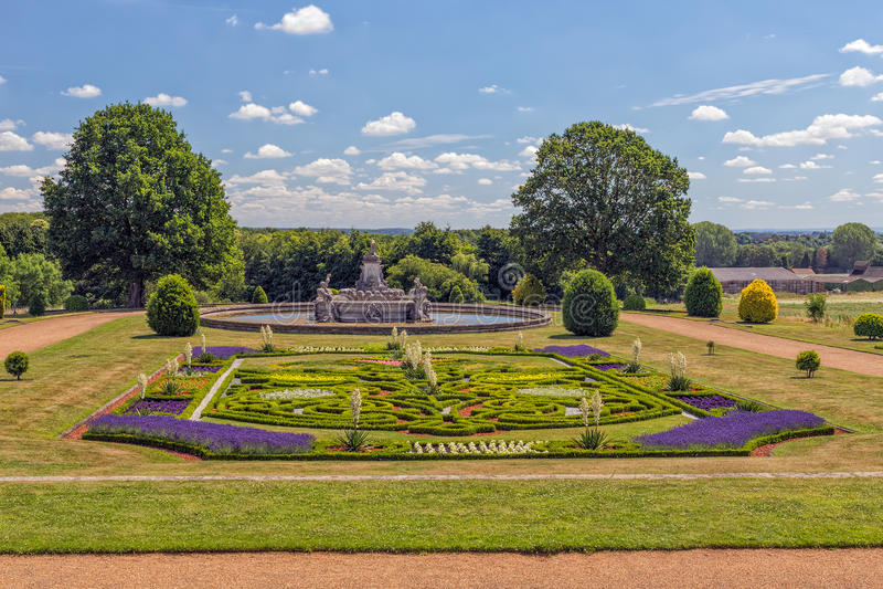 Ogródu i flor fontanna, Witley sąd, Worcestershire, Anglia zdjęcie stock