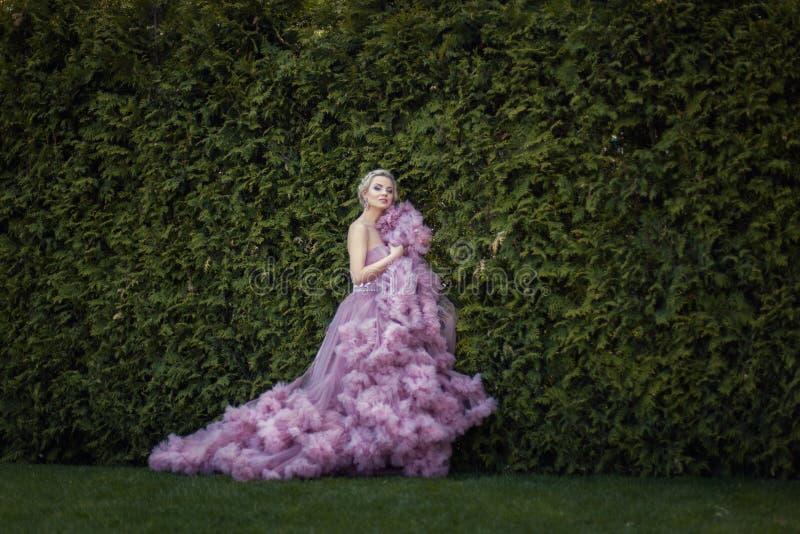 Ogródu tam urocza blondynka w sukni fotografia stock