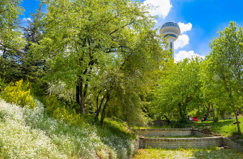 Ogr?d Botaniczny i Atakule w tle w wio?nie, Ankara, Turcja zdjęcie stock