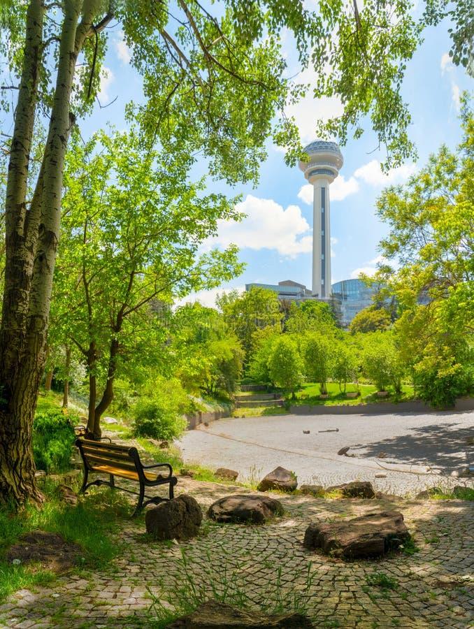 Ogr?d Botaniczny i Atakule w tle w wio?nie, Ankara, Turcja fotografia royalty free