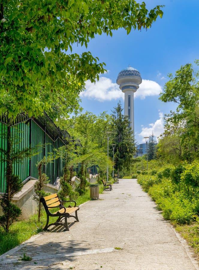 Ogr?d Botaniczny i Atakule w tle w wio?nie, Ankara, Turcja zdjęcie royalty free