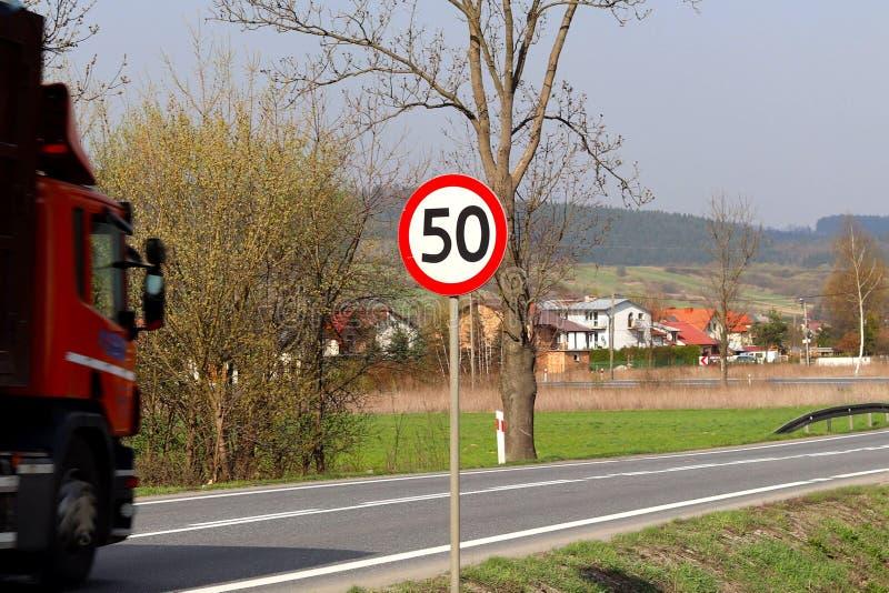 Ograniczać prędkość ruch drogowy 50 km/h Drogowy znak na autostradzie bezpieczeństwo ruch drogowy Motorowy transport pasażery i c zdjęcia royalty free