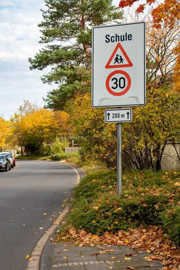 Ograniczenie prędkości do 30 r. dla niemieckiego znaku towarowego i szkoły ostrzegawczej obraz stock