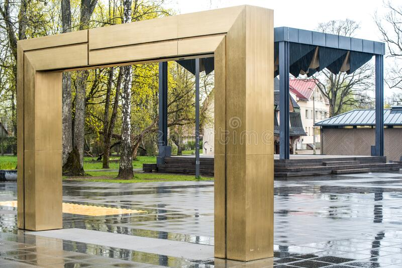 Ogre stad centrala Brivibas Street Ogre Lettland 2 maj 2020 arkivfoto