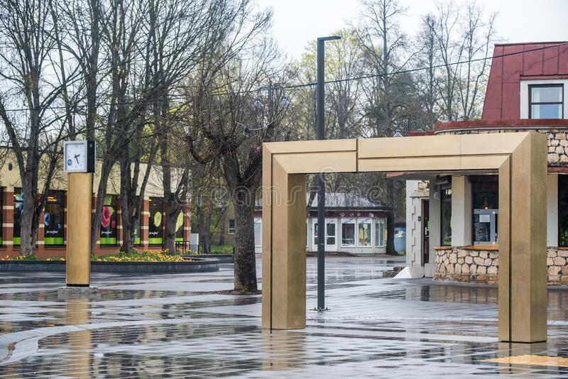 Ogre stad centrala Brivibas Street Ogre Lettland 2 maj 2020 royaltyfri bild