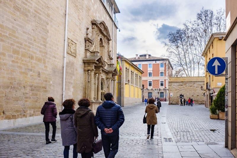 Ogroño, La Rioja, Espanha 22 de abril de 2018: Opinião parcial da rua à direita do parlamento de La Rioja na rua do ¡ s de San N foto de stock royalty free