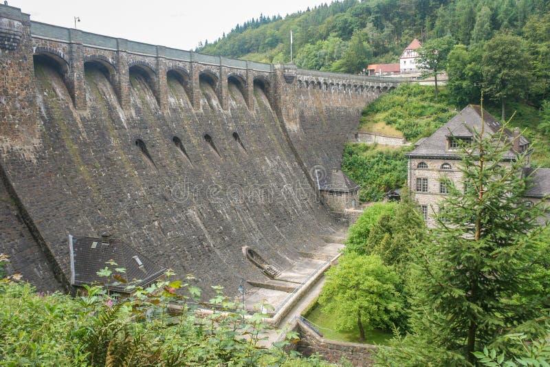 Ogrobla «Diemeltalsperre «i hydroelektryczną elektrownię Helminghausen w Sauerland, Niemcy obrazy royalty free
