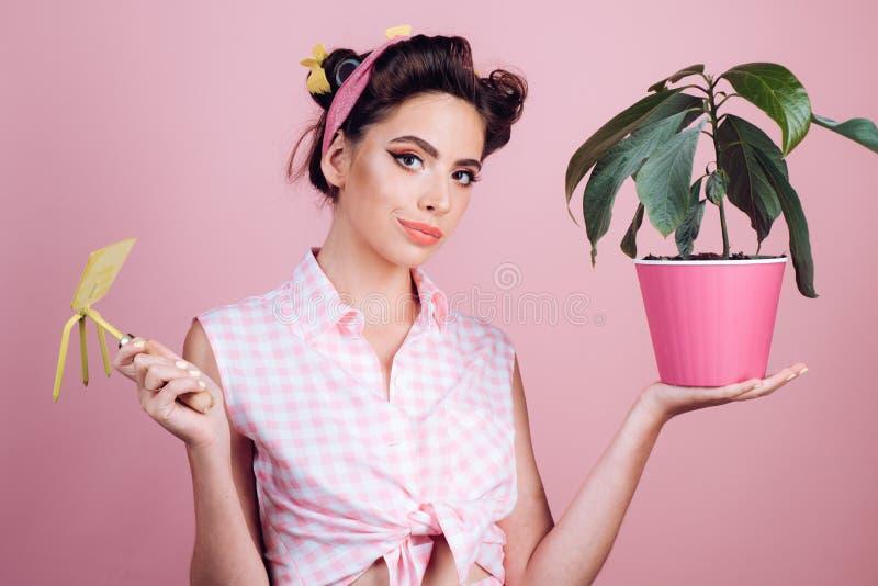 Ogrodnictwo jest więcej niż hobby Ładna dziewczyna w rocznika stylu szpilka w górę kobiety z modnym makeup pinup dziewczyna z mod obrazy royalty free