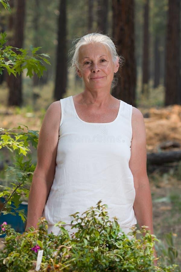 ogrodnictwo seniora kobieta zdjęcia stock
