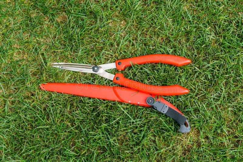 Ogrodniczek narzędzia są na trawie obrazy stock
