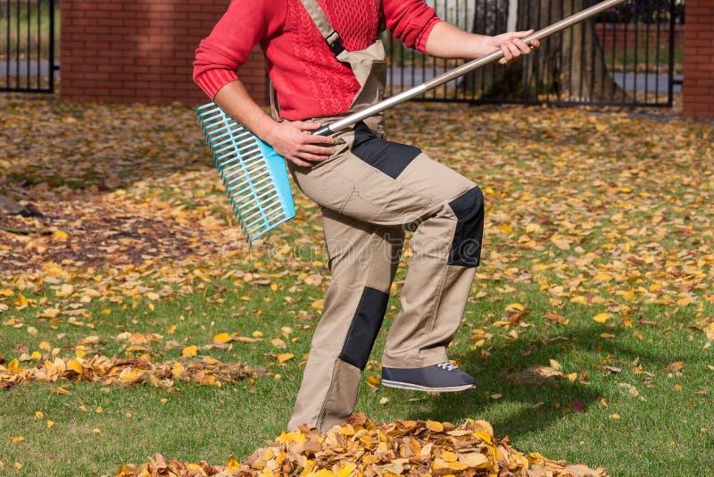 Ogrodniczka bawić się podczas jego pracy obraz stock