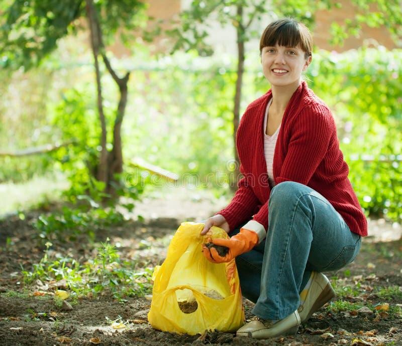 Ogrodniczka nawozi ziemię zdjęcia royalty free