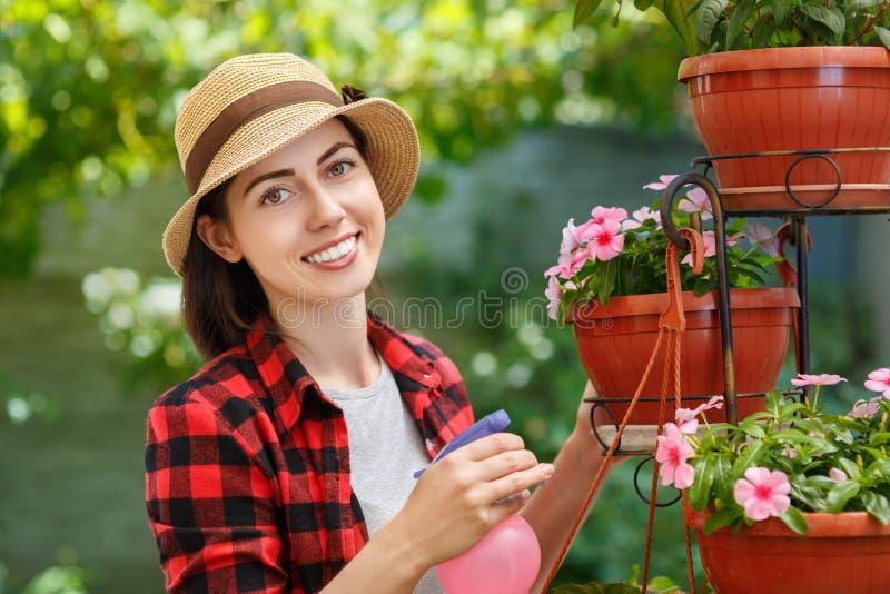 Ogrodniczki opryskiwania woda na roślinach obraz royalty free